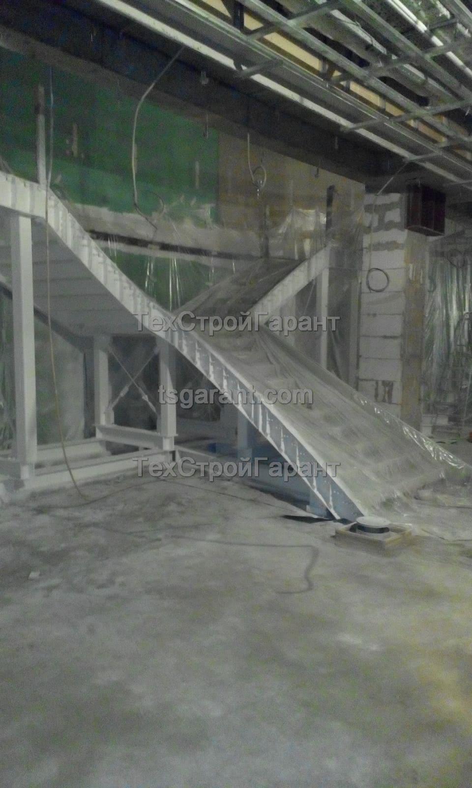 тонкослойное лакокрасочное покрытие лестницы специалистами ТехСтройГарант